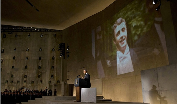 Barak Obama at podium with Welles Crowther image on screen